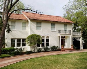 Historic home painted in Benjamin Moore Spanish White by Paper Moon Painting, Alamo Heights, Texas